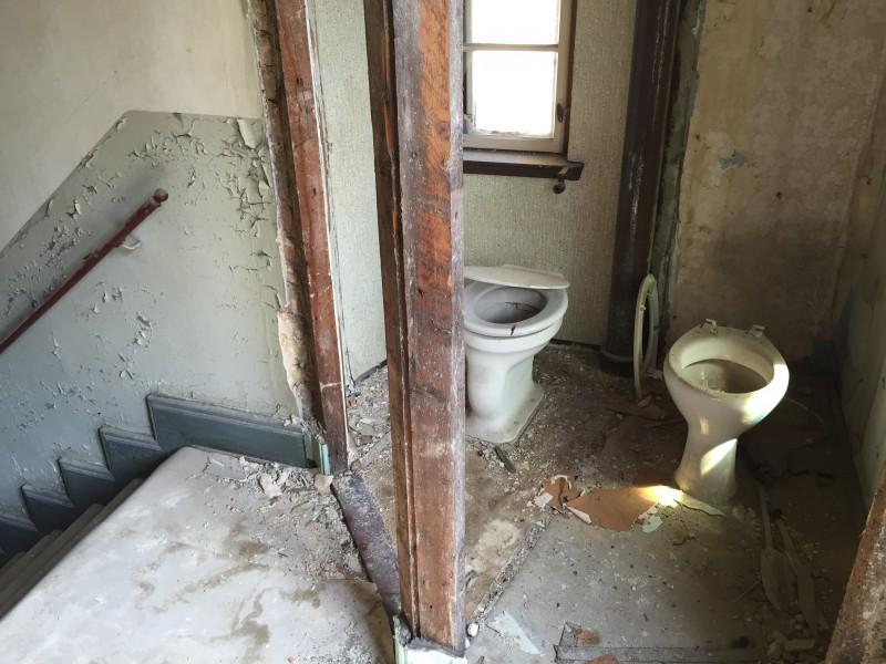 Flur-WC in einem Denkmalgebäude vor der Sanierung